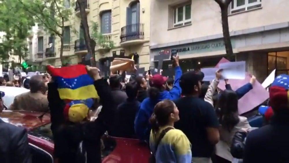 Frame 7.132336 de: Unos 200 manifestantes venezolanos se concentraron en las puertas del Centro de la Diversidad Cultural de Venezuela en Madrid