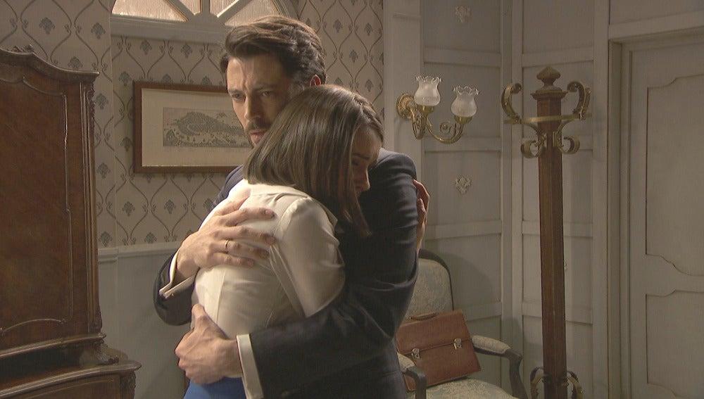Beatriz se desahoga en brazos de su padre
