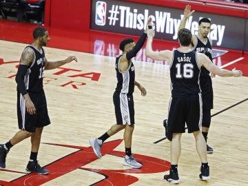 Los Spurs celebran una victoria