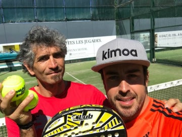 Alonso, jugando al pádel