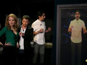 Jessica Chastain prueba lo último en tecnología de pantallas, el vinilo inteligente