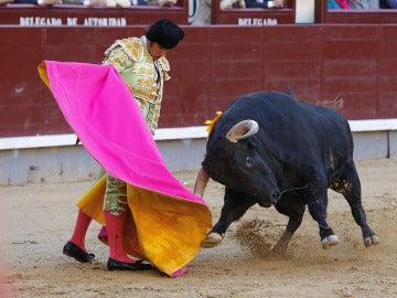 David Mora, durante la faena a su primer toro en la octava de la Feria de San Isidro 2017.