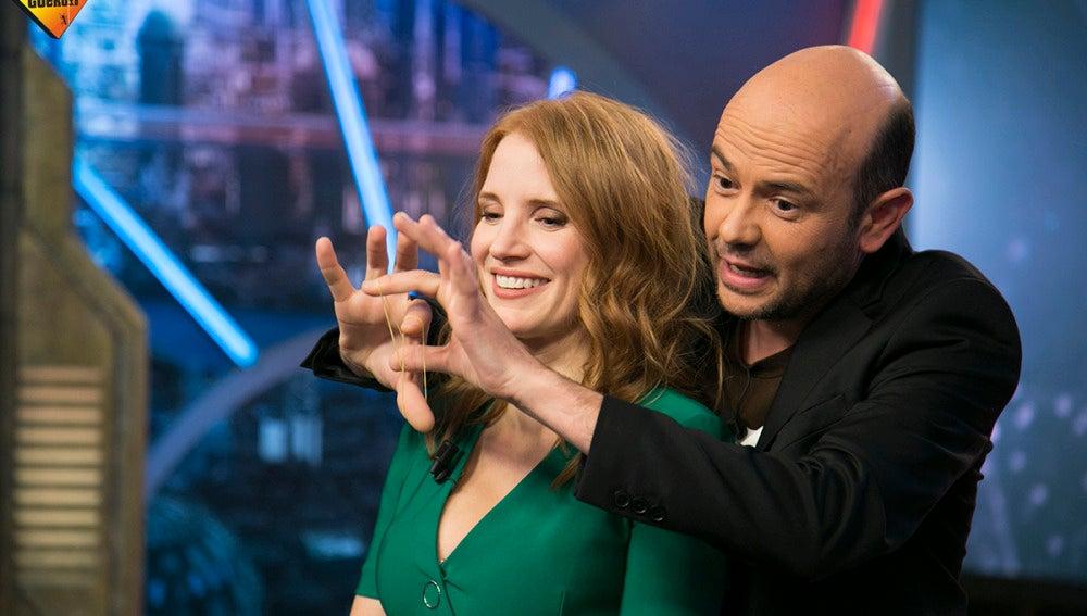 Jandro deja con la boca abierta a Jessica Chastain con uno de sus trucos de magia
