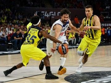 Llull intenta no perder el balón ante la defensa de Fenerbahçe
