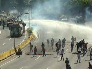 """Frame 18.217136 de: Muere un joven en Venezuela arrollado durante una protesta """"pacífica"""" contra Maduro"""