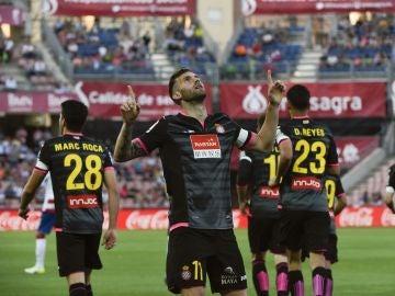 Leo Baptista señala al cielo para celebrar un gol con el Espanyol