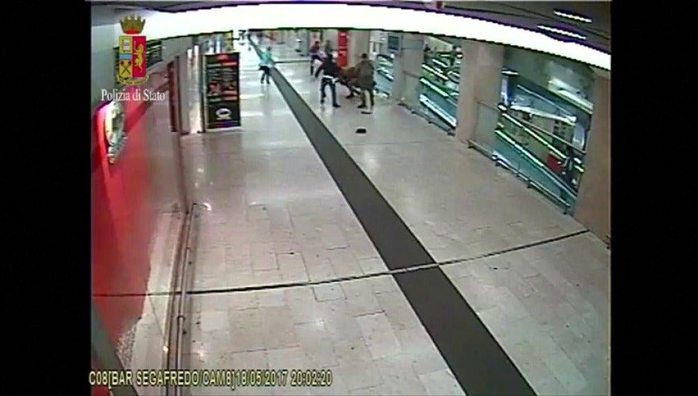 Frame 19.573312 de: Un hombre apuñala a dos militares y un policía en la estación de tren de Milán