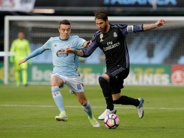 Iago Aspas pelea por un balón con Sergio Ramos