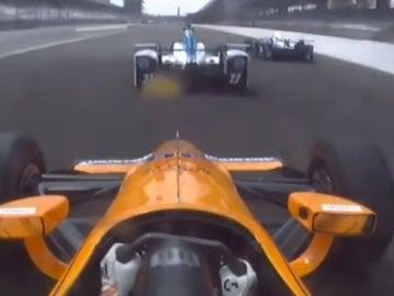 Fernando Alonso adelanta a dos coches en el óvalo de Indianápolis