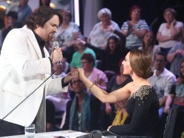 Mónica Naranjo halaga a Manu Rodríguez tras su actuación como Nino Bravo