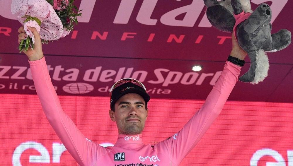 Tom Dumoulin celebra su victoria de etapa en el podio (archivo)