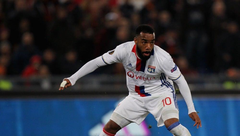Lacazette controla un balón durante un partido con el Lyon