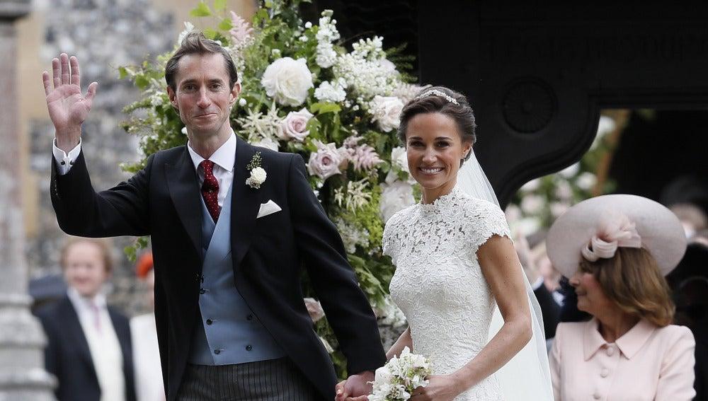 Pippa Middleton y el empresario James Matthews saludan tras darse el 'sí, quiero'