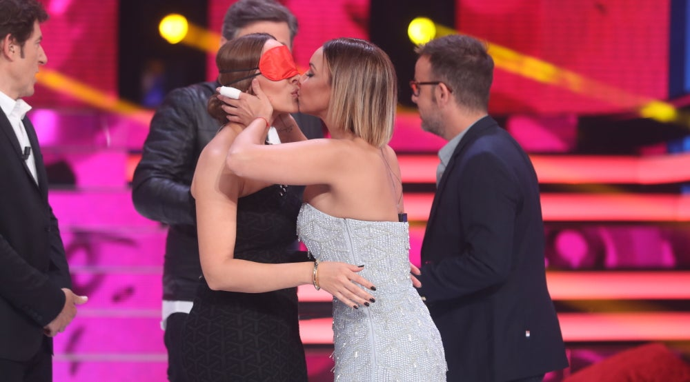 Chenoa y Mónica Naranjo se besan en directo