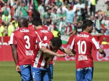 Los jugadores del Sporting celebran un gol