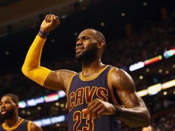 LeBron James celebra la victoria con los Cavaliers