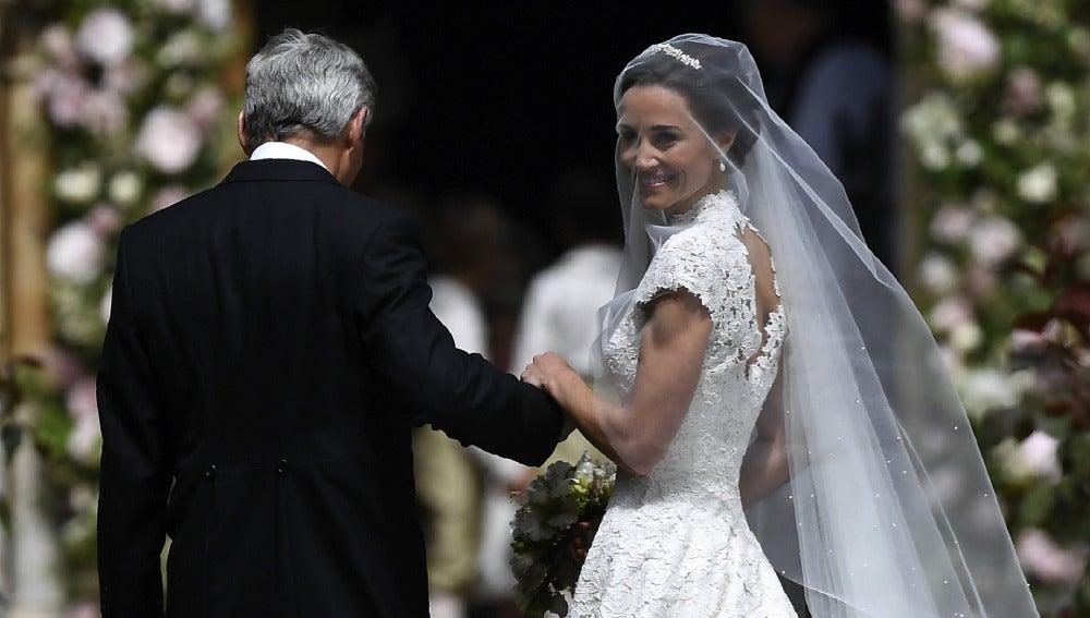 Pippa Middleton llega a la iglesia acompañada de su padre, Michael Middleton