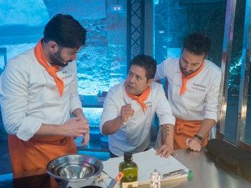 Manu y Montoro ayudan a Víctor en la final de 'Top Chef'