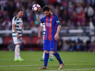 Leo Messi coge el balón tras marcar con el Barcelona