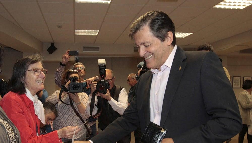 Javier Fernández vota en las primarias del PSOE