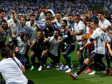 Los jugadores del Real Madrid celebran el título en La Rosaleda