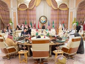 El presidente estadounidense, Donald Trump, se ha dirigido a 55 líderes de países musulmanes, a los que pidió que expulsen a los extremistas de sus tierras y se unan a EEUU