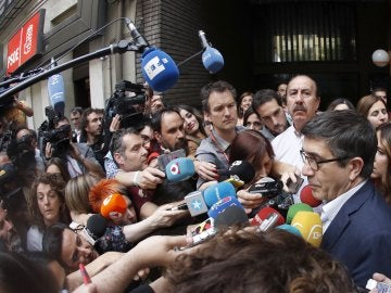 Patxi López a su llegada a la sede del PSOE