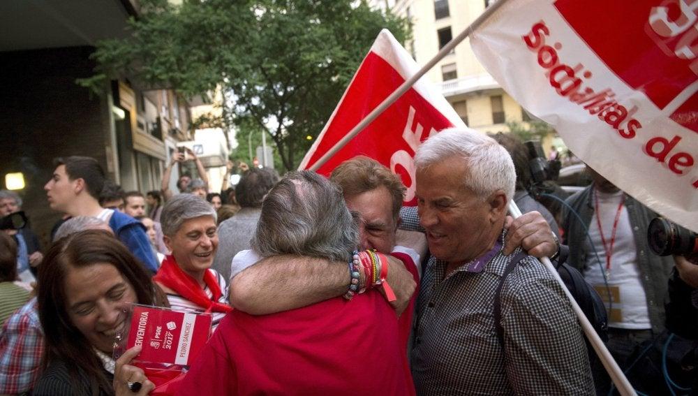 Simpatizantes de Pedro Sánchez celebran los primeros resultados ante la sede del PSOE en la calle Ferraz.