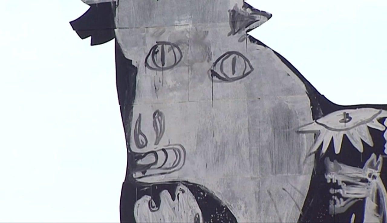 """Frame 3.362786 de:  """"El Guernica"""" en el interior de un toro de Osborne"""