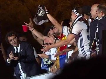 Los jugadores del Real Madrid celebran su título de Liga en la Cibeles