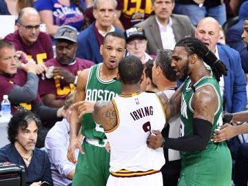 Irving y Bradley se encaran durante un momento del Cavs - Celtics
