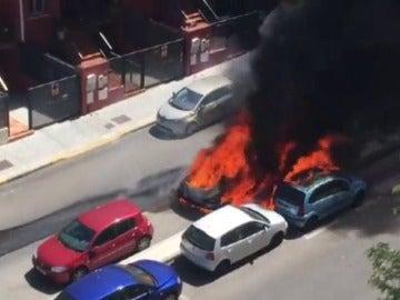 Frame 11.068712 de: Se incendian cinco vehículos como consecuencia de un cortocircuito en uno de ellos