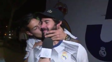 El beso de James a Isco