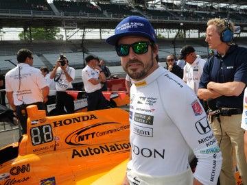 Fernando Alonso, junto a su monoplaza