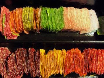 Una mujer se crea un vestido con 10.000 envoltorios de caramelos