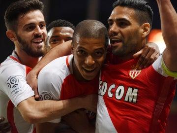 Mbappé celebra un gol junto a sus compañeros