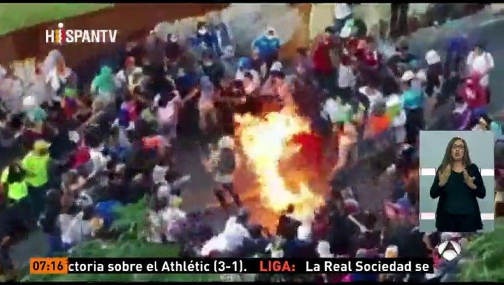 Frame 9.069 de: Queman vivo a un joven durante las protestas en Caracas