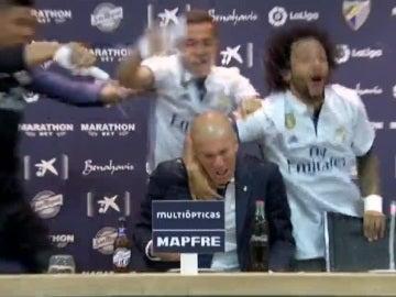 Casemiro, Lucas Vázquez y Marcelo 'bañan' a Zidane tras ganar la Liga