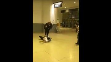Entrada de Morata a un empleado de seguridad