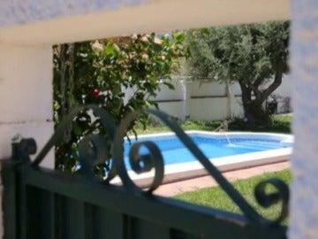 Frame 18.479366 de: Muere un niño de tres años al caerse a una piscina en Málaga