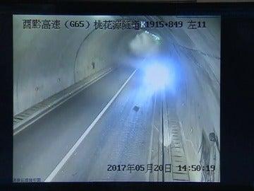 Frame 18.424844 de: Un coche se estrella en el interior de un túnel