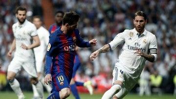 Leo Messi encara a Sergio Ramos en un Real Madrid - Barcelona