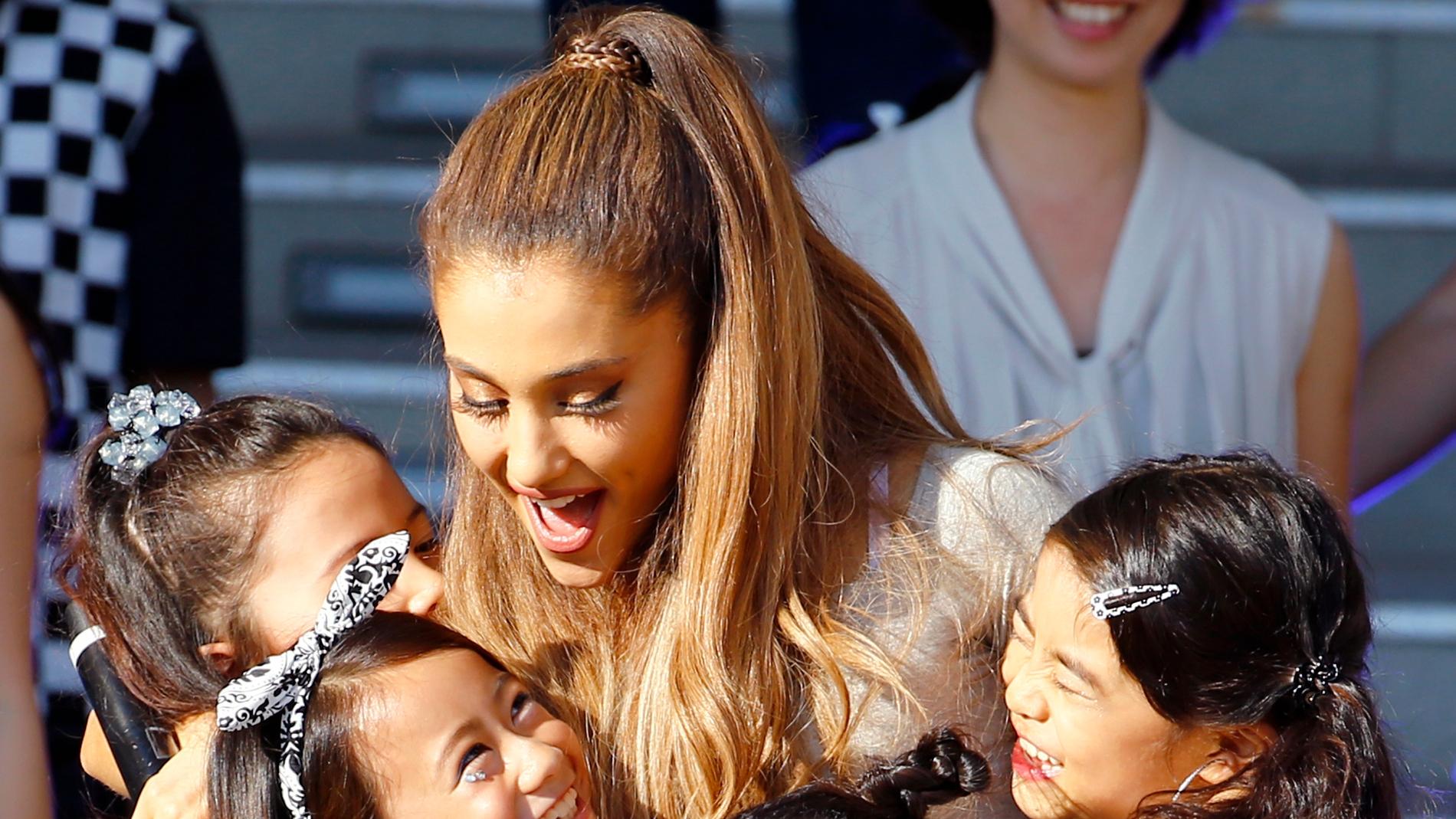 Ariana Grande junto a sus fans