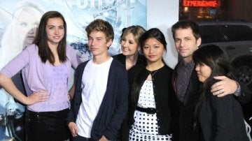 Zack Snyder junto a 4 de sus 8 hijos