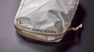 Bolsa con restos de polvo lunar
