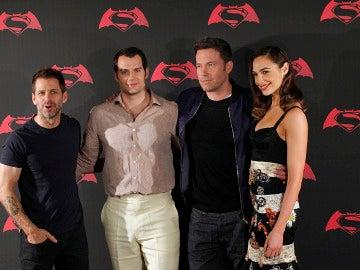 Zack Snyder junto a Henry Cavill, Ben Affleck y Gal Gadot