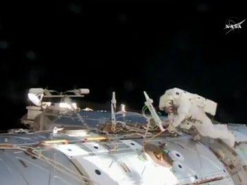Dos astronautas dan paseo un espacial para reparar un ordenador en la EEI