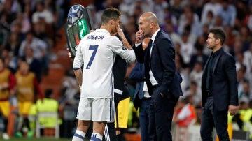 Cristiano y Zidane conversan durante un partido