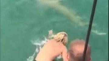Un joven intenta cabalar a un tiburón y  este le muerde