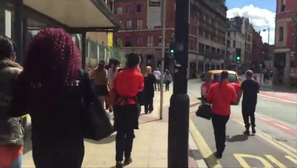 Frame 29.246939 de: Un detenido tras el incidente que ha provocado la evacuación de un centro comercial de Manchester